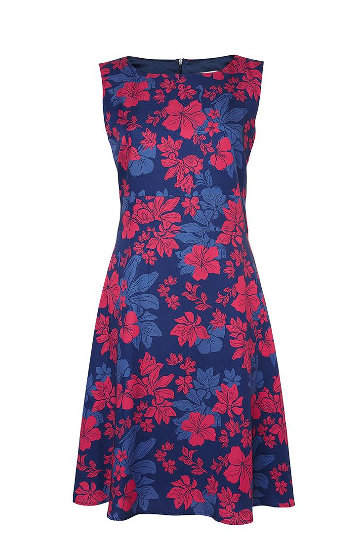 316df248f2ba Lovisa klänning har en figursydd smickrande siluett. Båtringad hals med en  lätt klockad kjol ger den en kvinnlig look. Sydd i en härlig tencel med  stilrena ...